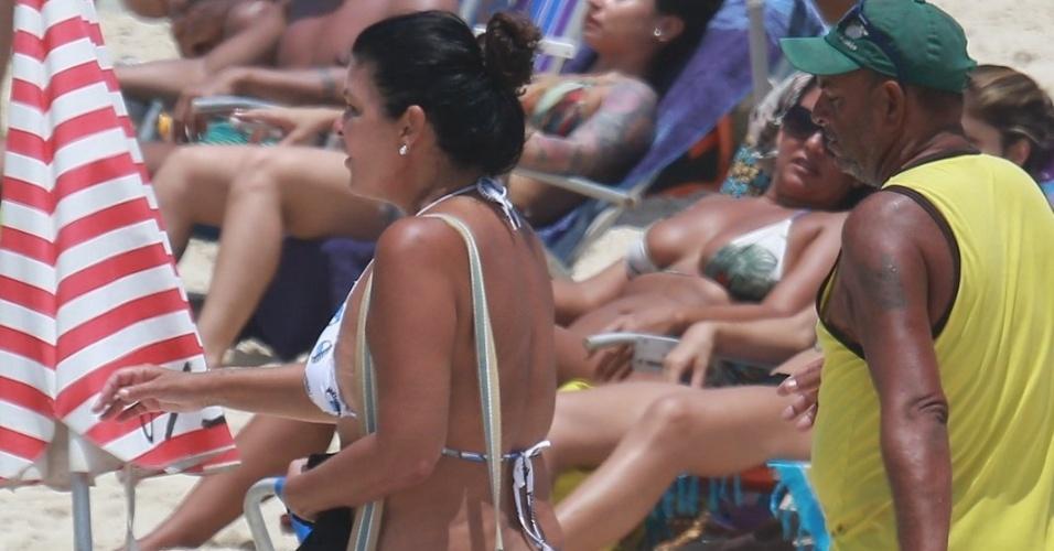 30.jan.2016 - Aos 53 anos, a atriz Cristiana Oliveira mostrou que está em ótima forma e renovou o bronzeado na praia da Barra da Tijuca, no Rio de Janeiro