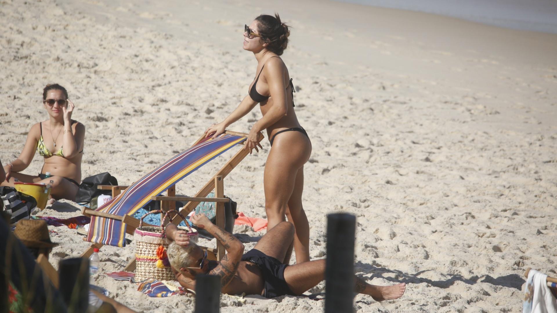 18.jun.2017 - Andressa Ferreira (de biquíni preto) mostra sua boa forma em tarde de praia no Rio de Janeiro