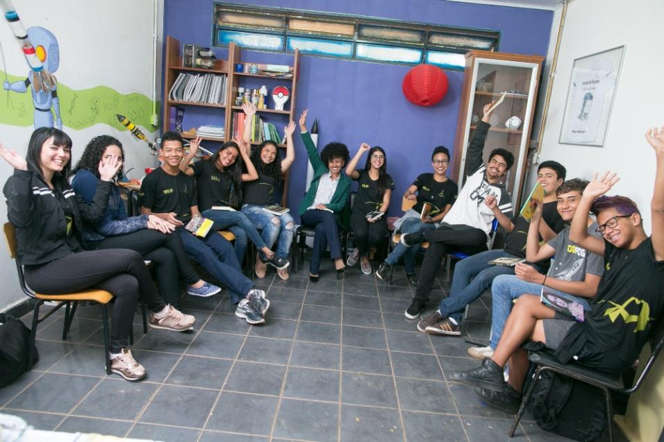 Grupo de estudantes fez uma roda de conversa com a professora Gina de Albuquerque para falar sobre o projeto Mulheres Inspiradoras