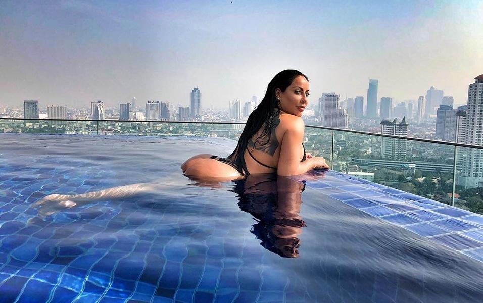"""16.fev.2018 - A atriz pornô Kiara Mia está curtindo dias de férias em um luxuoso hotel de Bangkok, capital da Tailândia. Ao postar um dos cliques sensuais que fez no local, em uma piscina infinita com bela vista da cidade, a americana deu um recado aos fãs: """"Regra número 1: f*da-se o que eles pensam"""""""