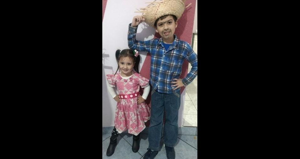 """""""Meus caipirinhas favoritos"""", diz a mamãe Amanda Durão, de Salto de Pirapora (SP), sobre os filhos Rafael, sete anos, e Lívia, três anos"""