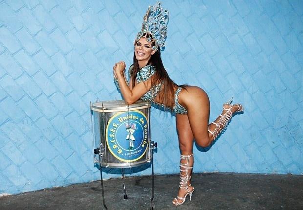 """26.jan.2016 - Vencedora do Miss Bumbum 2015, Suzy Cortez se preparou muito bem para arrasar no sambódromo do Anhembi em sua estreia no Carnaval, como destaque da escola de samba Unidos do Peruche. A gata intensificou a malhação e se controlou com a alimentação. """"Acho que estarei bem sequinha para o desfile"""", comenta a bela, dizendo que sua maior preocupação, no entanto, é com o bumbum. """"Todo mundo quer ver ele bem bonito na passarela, né? Posso garantir que vou exibí-lo na melhor forma possível"""", comenta aos risos a morena que ostenta 105 cm de bumbum"""