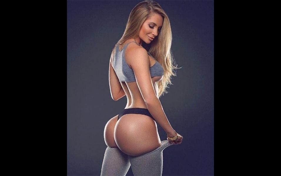"""6.jun.2016 - Amanda Lee, uma das modelos fitness que mais faturam com propagandas no Instagram, mostrou mais uma vez por que é uma das gatas mais cobiçadas da rede social. Usando calcinha e meias até as coxas, a loira brindou os quase 4 milhões de seguidores com uma foto de seu """"bumbum perfeito"""", na opinião dos fãs da loira. Ao longo de 24 horas, a imagem ganhou mais de 90 mil """"likes"""""""