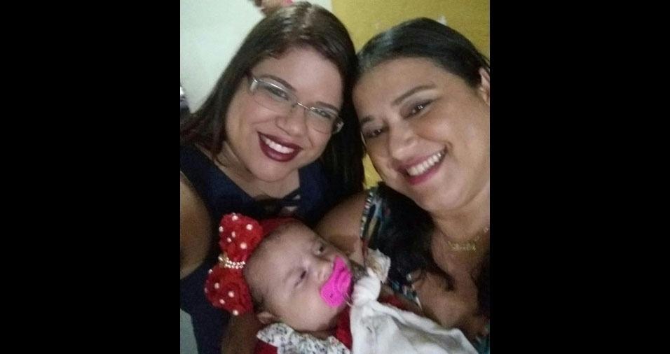 """Sheila posa ao lado da filha Ingrid, e da netinha Bianca: """"Três gerações de amor."""" Elas são de Natal (RN)"""