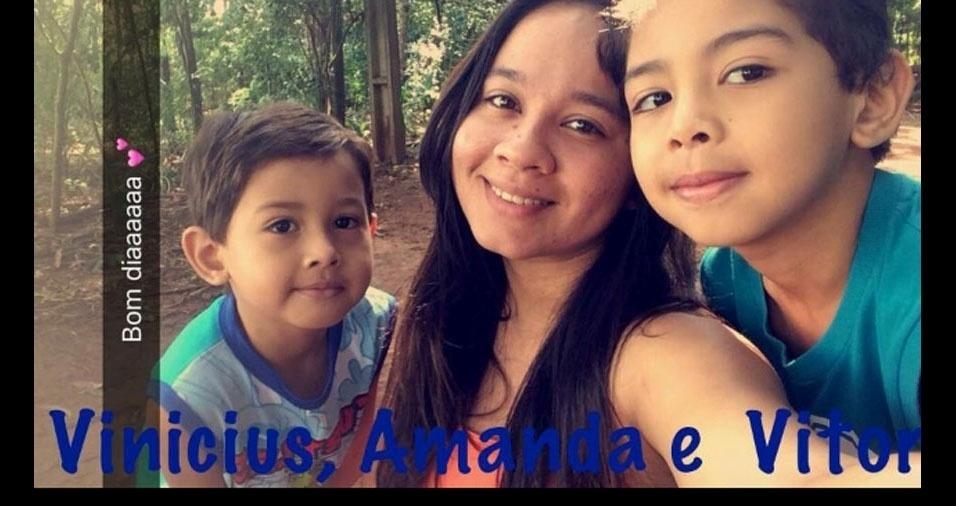 Edilma enviou foto com os filhos Vinicius, Vitor e Amanda