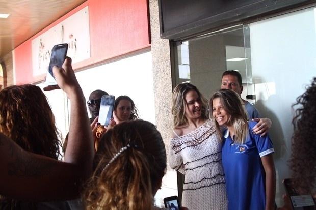"""10.mar.2016 - """"Olha elaaaa!"""". Ana Paula dá atenção aos fãs em evento em shopping na Barra da Tijuca, no Rio de Janeiro. A ex-sister foi a um evento em um salão de beleza com a ex-BBB Anamara"""