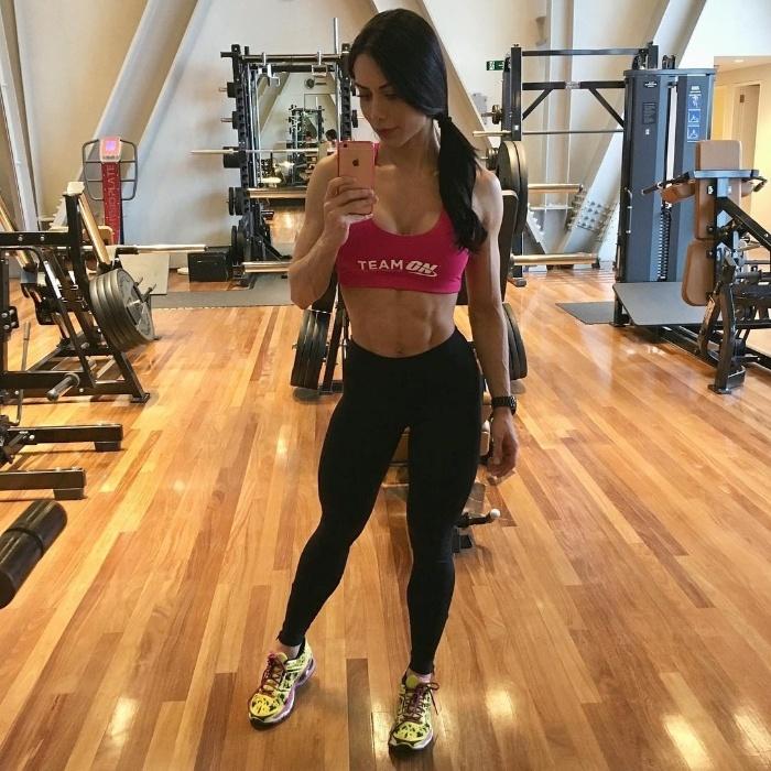 2.dez.2016 - Rotina de treinos de Graciella Carvalho é puxada. Aliada a uma dieta controlada, o resultado é a boa forma exibida na conta do Instagram