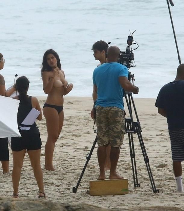 """6.mar.2017 - Antonia Morais """"revela"""" o truque utilizado pela Globo para simular topless"""