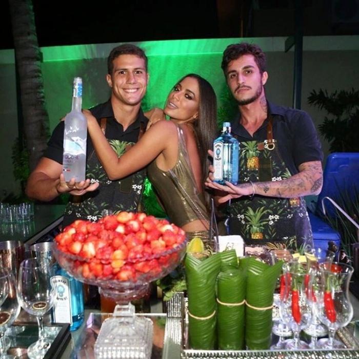30.mar.2017 - Bartenders da festa de Anitta também compartilharam fotos ao lado da cantora aniversariante