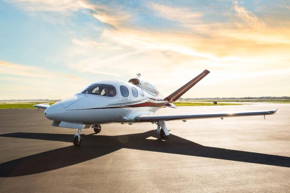 30.mai.2017 - O Cirrus Vision Jet mede 9,42 metros de comprimento e tem 11,79 metros de envergadura. Vazia, a aeronave pesa 1.620 quilos. Peso máximo de decolagem é de 2.727 quilos