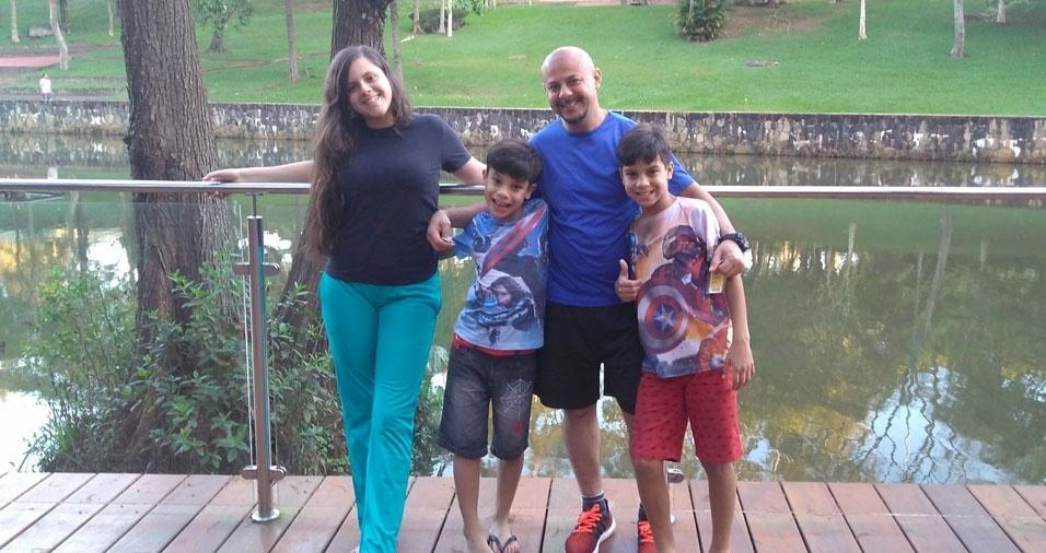 Gibson Fagundes com os filhos Yasmim, Arthur e Otávio, de Diadema (SP)