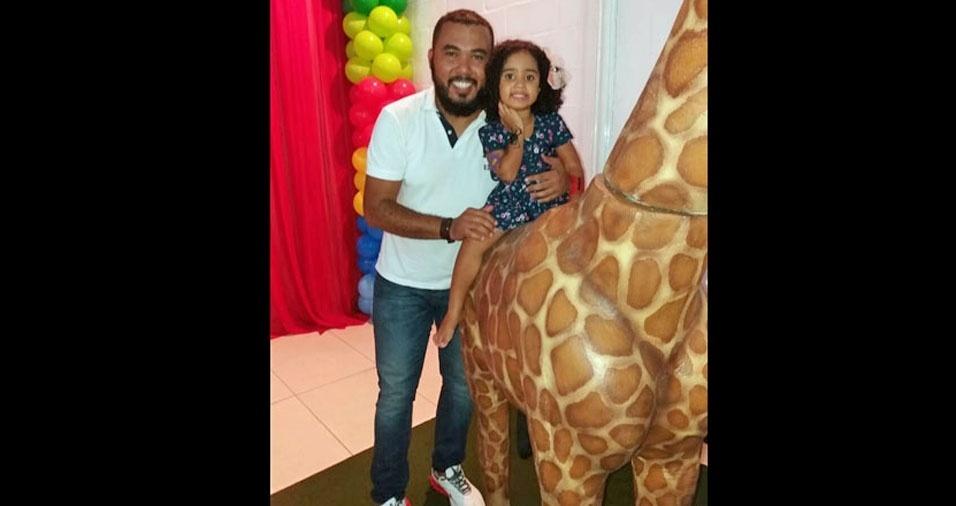 O papai Alexandre com a filha Lavínia, de Belo Horizonte (MG)