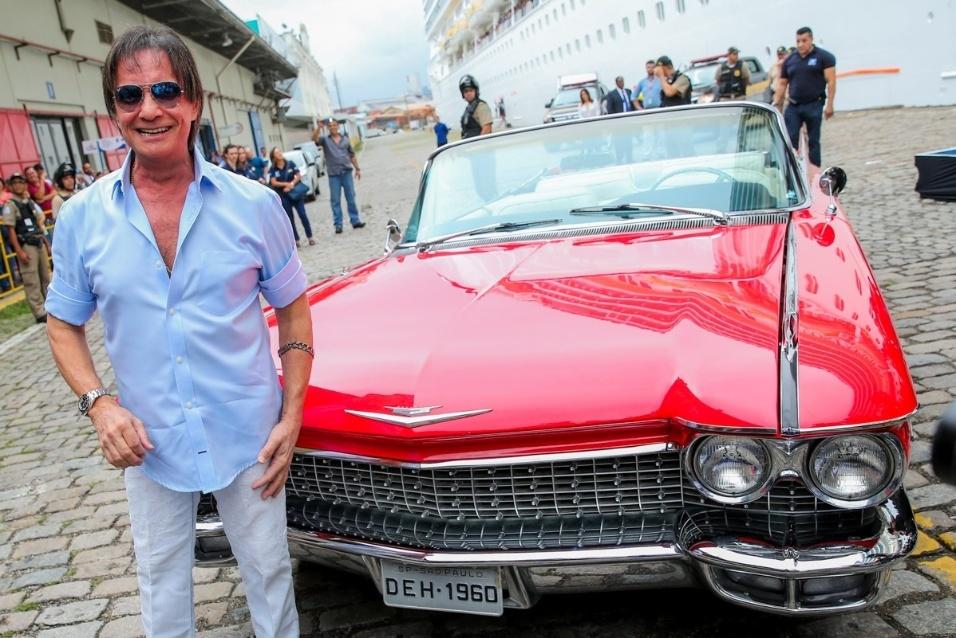 """20.jan.2016 - Após chegar dirigindo um Cadillac vermelho, Roberto Carlos se prepara para embarcar em seu cruzeiro """"Emoções em Alto Mar"""""""