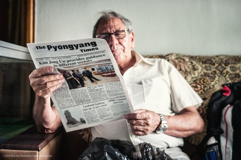 """65. """"Pyongyang Times é uma revista semanal, lançada em 1965, e é publicada em inglês e francês. A primeira página é geralmente dedicada a Kim visitando vários lugares e dando preciosos conselhos. A revista afirmou que """"se os Jogos Olímpicos seriam realizados na Coreia do Sul, muitos esportistas e turistas do mundo iriam encontrar a morte, infectados com AIDS, como muitas pessoas foram deliberadamente infectadas por soldados americanos"""""""