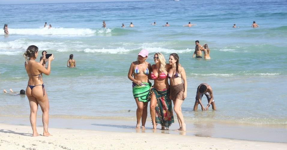 5.mar.2017 - Karina Bacchi posa para fotos ao lado de fãs na praia do Pepe, no Rio de Janeiro