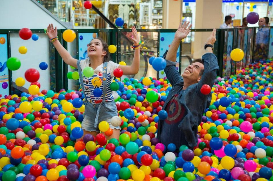 """22.dez.2016 - Mel Maia (Duda) e Leandro Hassum (Théo) gravam cena da série global """"A Cara do Pai"""" em piscina de bolinhas"""