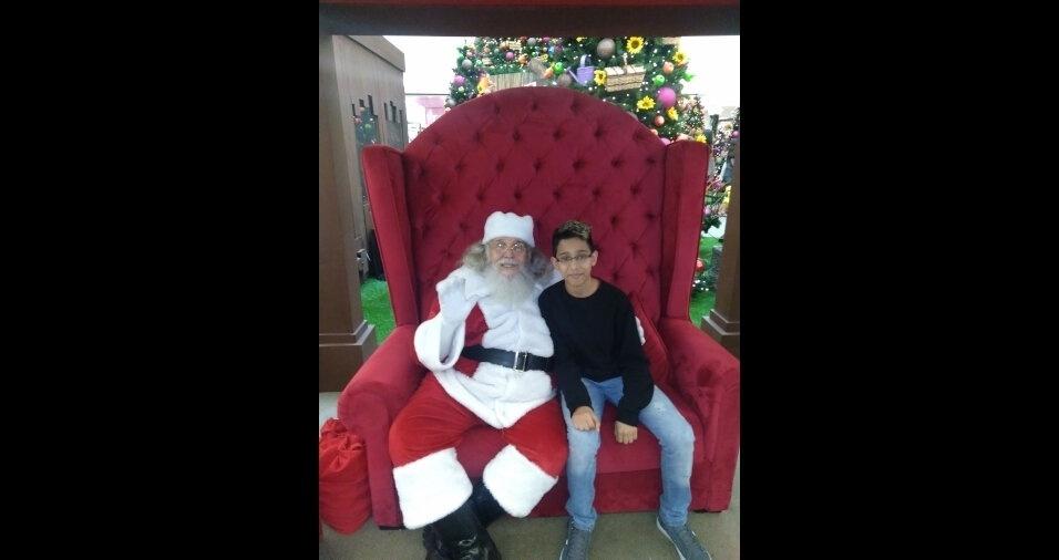 """Ronaldo, 11 anos, foi bater um papo com o papai Noel. Ele é o """"amor da vida da mamãe"""" Meire Diana"""