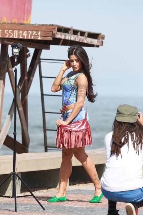 18.ago.2015 - A modelo Aline Riscado posa sensual para as lentes de fotógrafo na praia da Barra da Tijuca, no Rio de Janeiro