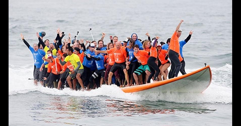 40. Um grupo de 66 pessoas quebrou o recorde de mais gente sobre uma prancha de surfe em Huntington Beach, nos EUA, em junho de 2015. Os recordistas conseguiram se equilibrar durante 13 segundos.