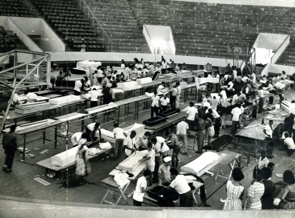 17.dez.1961 - O incêndio no Gran Circo Norte-Americano, em Niterói (RJ), deixou 503 mortos. Na imagem, pessoas confeccionam caixões no estádio Caio Martins para as vítimas do incêndio