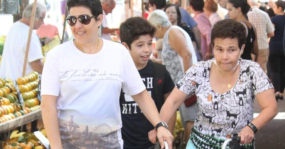 10.jul.2016 - Cláudia Rodrigues, que foi diagnósticada com esclerose múltipla em 2000, é vista na feira após realizar um transplante de células-tronco