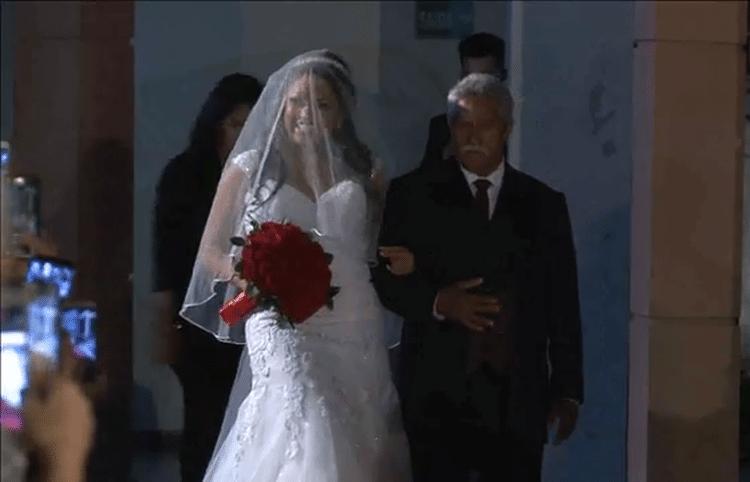 25.mai.2017 - Com o tradicional vestido branco, Elis Nair é conduzida ao altar em sua segunda cerimônia de casamento com o comerciante Luiz Carlos