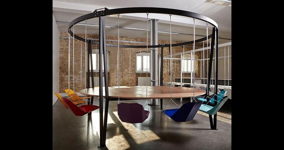 2. Outra mesa com cadeiras de balanço