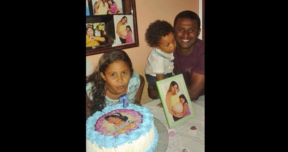 Eduarda e Daniel com o papai Janilton, de Salvador (BA)