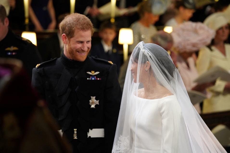 Harry sorri quando Meghan chega até ele para a cerimônia do casamento real. A noiva chegou de carro com a mãe