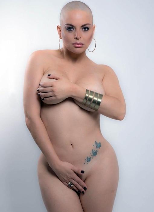 14.mar.2016 - Jessica Lopes posou nua para uma campanha de conscientização do câncer. A loira foi eleita Miss Bumbum Inglaterra recentemente