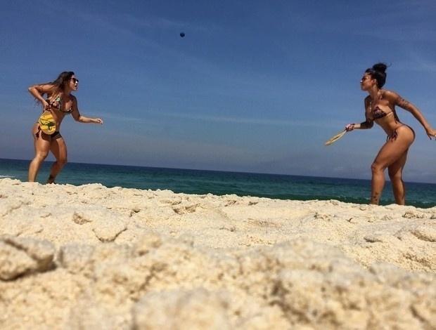 """30.ago.2016 - Aline Riscado mostrou sua forma física ao praticar frescobol com a amiga Aila Maronna, no Rio de Janeiro. """"A praia hoje tava boa. Tava com saudade dela..."""", escreveu a gata na legenda da foto, postada nas redes sociais"""