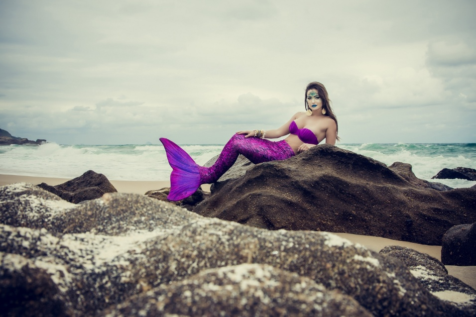 """14.out.2016 - Laura Keller capricha na sensualidade em fotos. """"Eu sempre fui apaixonada pela figura da mitologia. Não foi tão simples fotografar com a cauda mas o resultado ficou incrível, amei!"""", revelou a musa"""