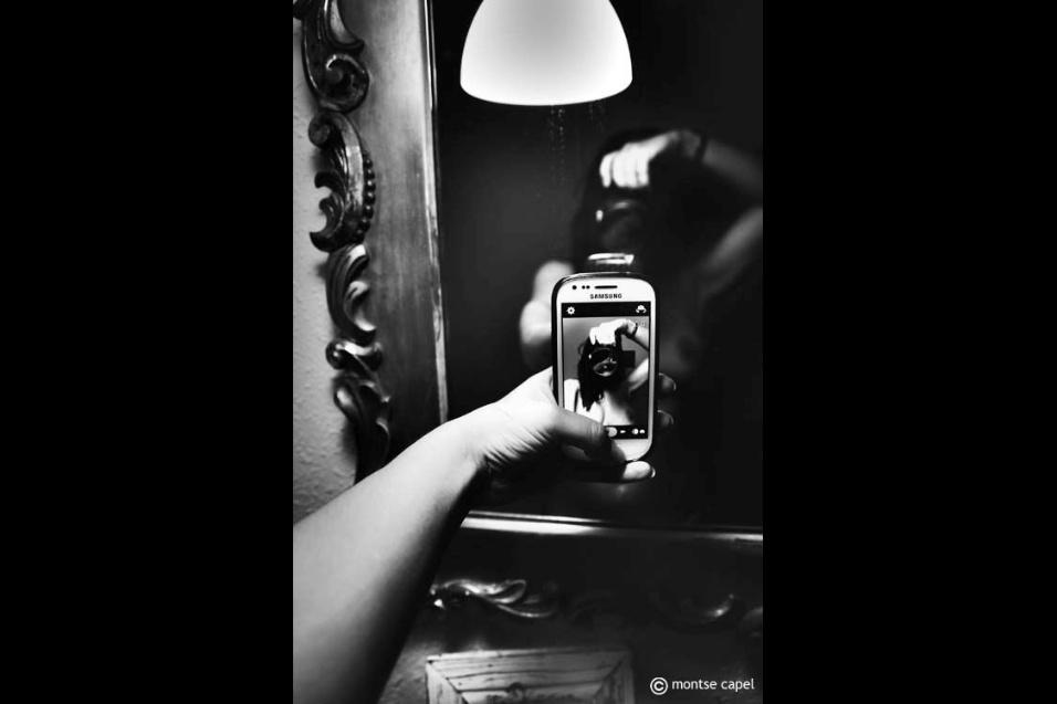 24.out.2016 - Autorretratos da espanhola Montse Capel vão muito além das selfies de celular