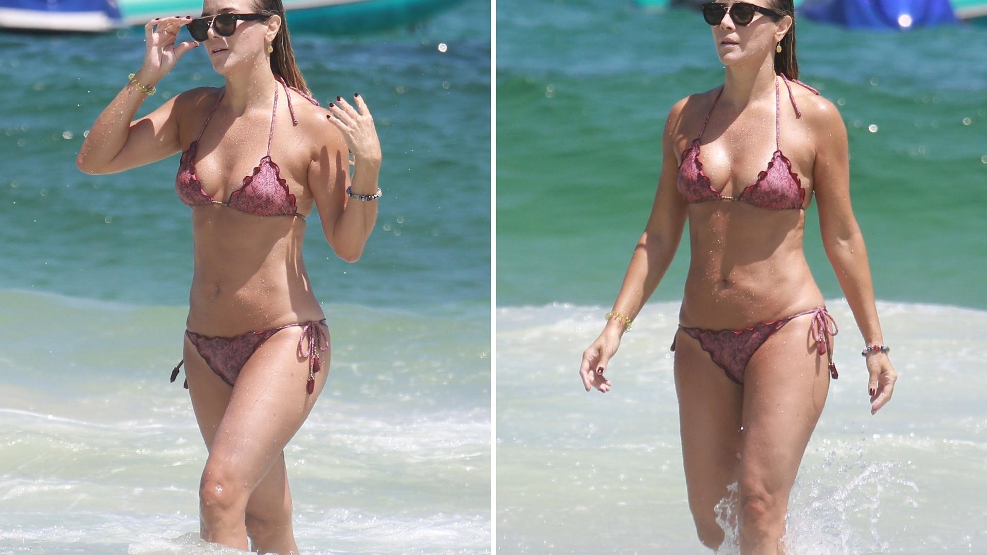 5.fev.2017 - A atriz Christine Fernandes mostrou que continua em ótima forma aos 48 anos de idade. De biquíni, a ex-atleta exibiu um corpo de fazer inveja a muita jovem na praia da Barra da Tijuca, no Rio de Janeiro