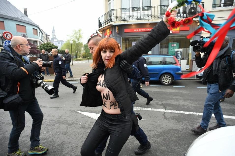 7.mai.2017 - Outra manifestante é detida em protestocontra a candidata ultradireitista à Presidência da França, Marine Le Pen.