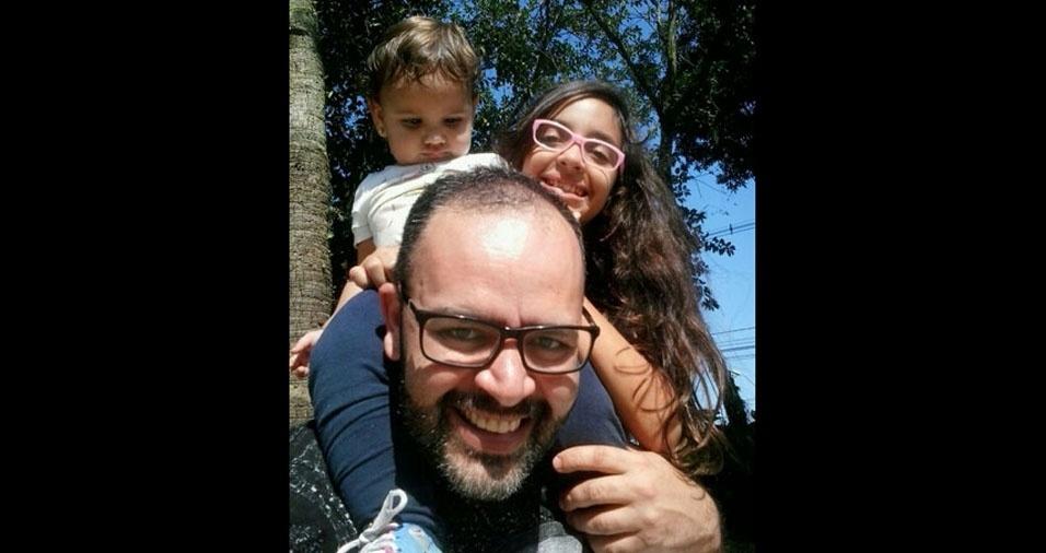 O papai Anderson com suas gatinhas Heloísa e Giovanna