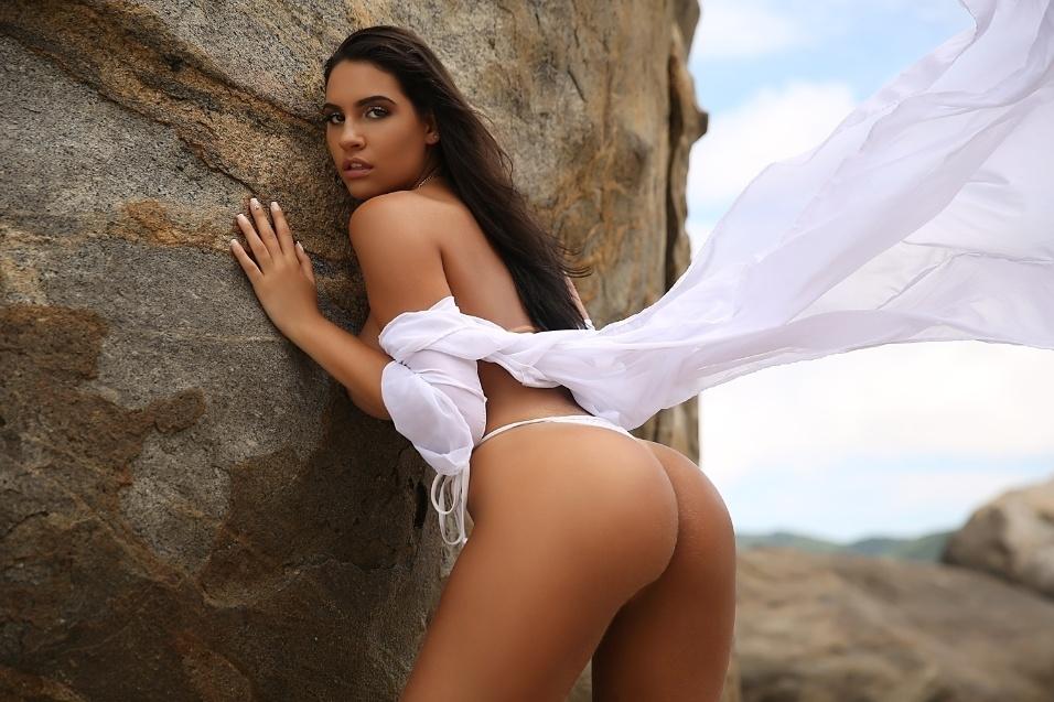 9.abr.2018 -  Astrid Alves elevou a temperatura do ensaio sensual para o Diamond Brazil