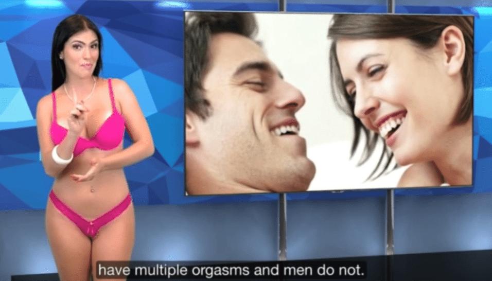 6.ago.2015 - Só de lingerie, a apresentadora segue dando as notícias ao telespectador