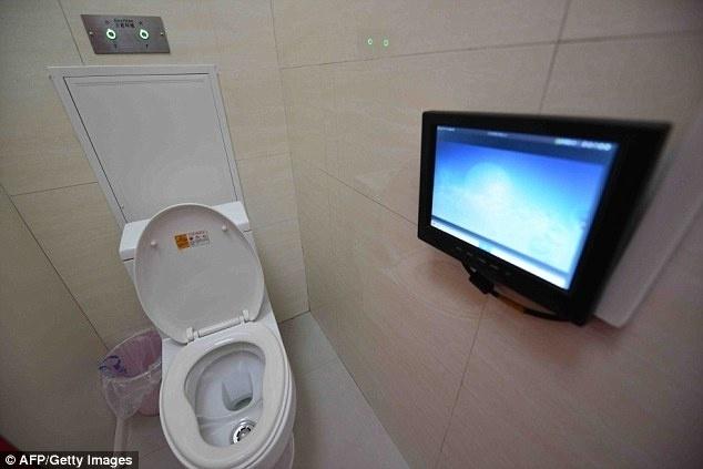 18.dez.2015 - Novos banheiros públicos em Pequim têm até acesso à internet para celulares e tablets. Quem esqueceu seus aparelhos pode se distrair na tela ao lado do vaso sanitário ou mictório