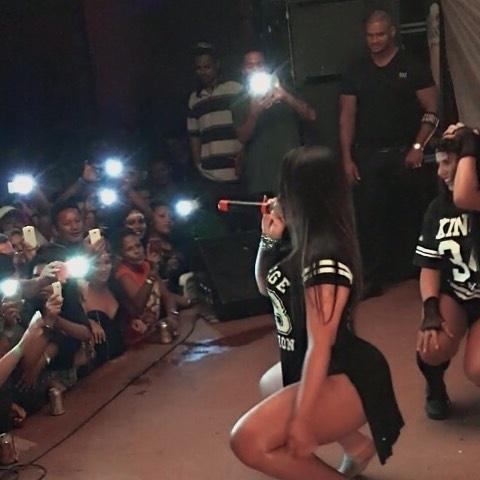 16.fev.2016 - Andressa Soares é filmada pelos fãs durante show em Oiapoque, no Amapá