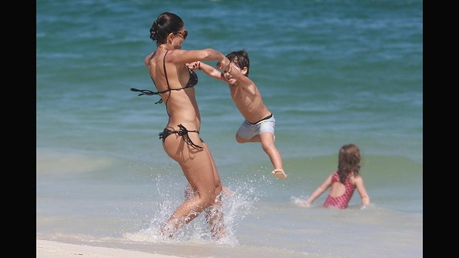 3.abr.2016 - Juliana Paes se diverte brincando com o filho na praia