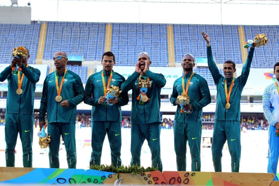 13.set.2016 - Brasileiros comemoram conquista do ouro no revezamento 4 x 100 metros do atletismo. Daniel Silva, Diogo Ualisson, Gustavo Araújo e Felipe Gomes (na foto, ao lado dos guias) venceram a prova na categoria T11-13 com o tempo de 42s37, batendo o recorde paraolímpico