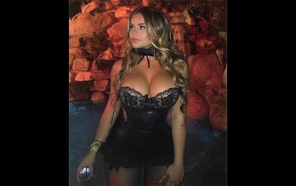 8.out.2016 - Anastasiya é clicada em festa na Mansão da Playboy