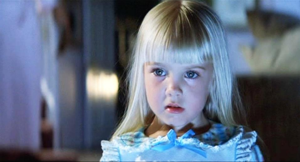 """1º.fev.1988 - A morte da atriz mirim Heather O'Rourke, que foi protagonista dos filmes de terror """"Poltergeist"""" na década de 80, está entre as mortes mais chocantes do terror. A garotinha morreu aos 12 anos de choque séptico, dias após as gravações do último capítulo da trilogia. A morte de Heather, somada a outras mortes repentinas e assustadoras de atores e pessoas envolvidas na produção, ajudou a popularizar a história de que o filme é """"amaldiçoado"""". A mais chocante de todas foi a de Dominique Dunne, que foi espancada e estrangulada pelo ex-namorado logo após a estreia do longa nos Estados Unidos, em 1982. A atriz tinha apenas 22 anos"""