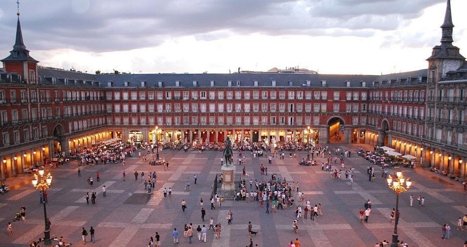 1. A Plaza Mayor está localizada no centro de Madri, a poucos metros da Puerta del Sol, e é uma estrutura retangular, com 129 metros de comprimento e 29 metros de largura, com edifícios de três andares e 237 varandas. A arquitetura é do século 15. Antigamente, abrigava o mercado principal da cidade, e atualmente a zona conta com diversos bares, restaurantes e comércios