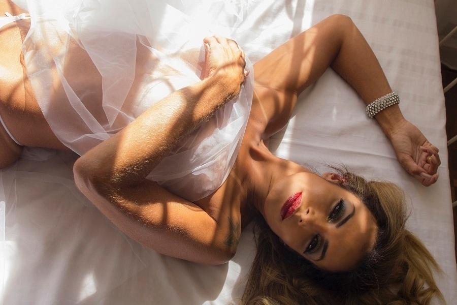 1°.ago.2017 - Wanessa Angell estrelou ensaio sensual em São Paulo usando apenas uma lingerie branca
