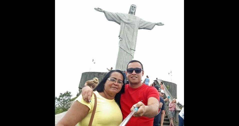 Rogério Caixias de Araujo com sua mãe Zenaide Moreira Caixias, de Coari (AM)