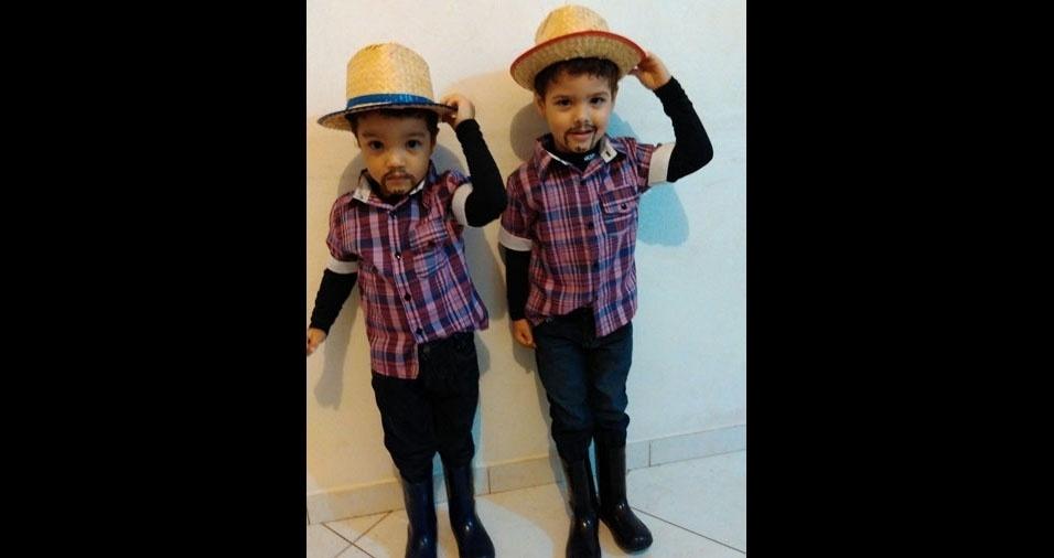 Marcus Vinicius de Borba e Raquel Santos das Neves, de Juquitiba (SP), enviaram foto dos filhos gêmeos Pedro Henrique (chapéu azul) e João Victor (chapéu vermelho), de seis anos