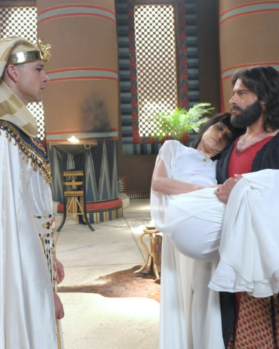 Moisés (Guilherme Winter) entra no palácio carregando o corpo de Henutmire (Vera Zimmermann). Ao vê-lo, Ramsés (Sérgio Marone) se assusta