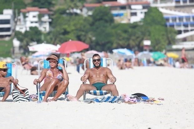 30.jan.2016 - Antes de entrarem no mar, os dois sentaram na areia para tomar sol